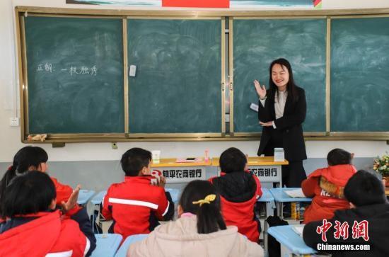 """名额少、门槛高 中小学教师职称晋升常年""""拥堵"""""""