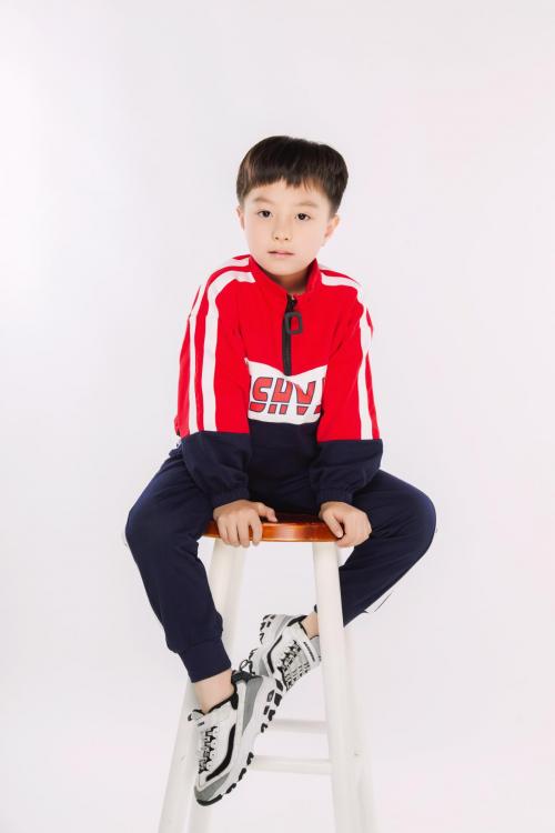 李扬出演《我在香港遇见他》 这么可爱又认真的童星活该被夸