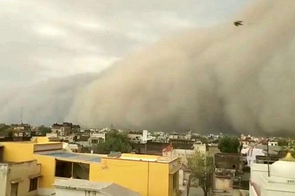 """沙尘暴席卷印度拉贾斯坦邦 如""""灰黑海浪""""扑面而来"""
