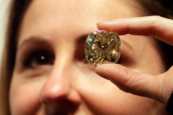 伦敦佳士得拍卖行展出将拍卖珠宝 件件价值不菲