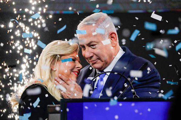 以色列议会选举 内塔尼亚胡偕妻会见支持者狂撒狗粮
