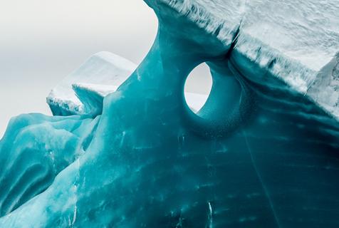 奇特!摄影师在南极洲东部拍到罕见翡翠冰山