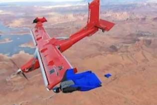 美国翼装飞行队高空与飞机比翼齐飞俯瞰美景