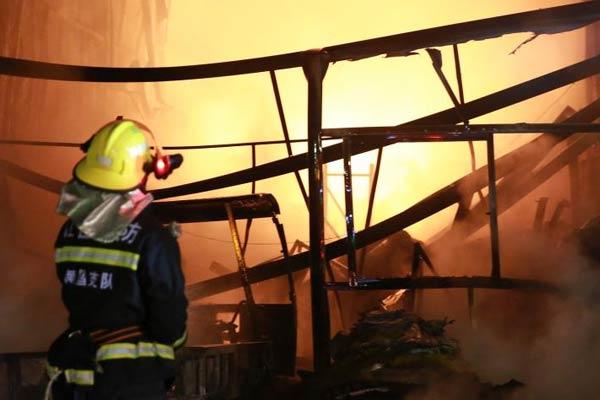 南昌一市场突发大火 火势已被控制