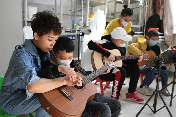 小儿血液科疗区里的音乐课堂