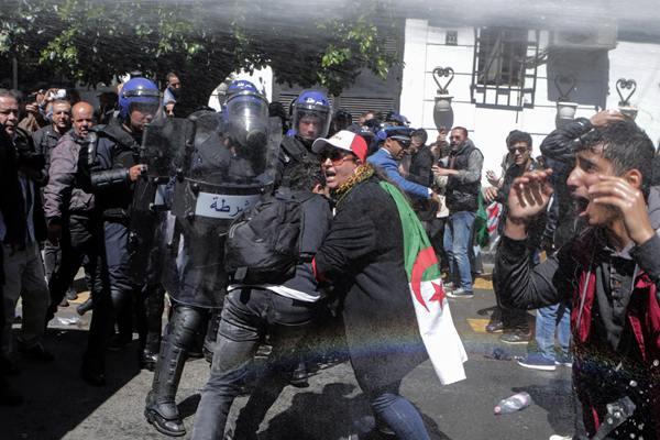 阿尔及利亚示威者抗议临时总统 遭警察水枪镇压
