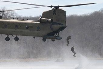 不容易:美军陆军工兵不但要会索降还得会涉水