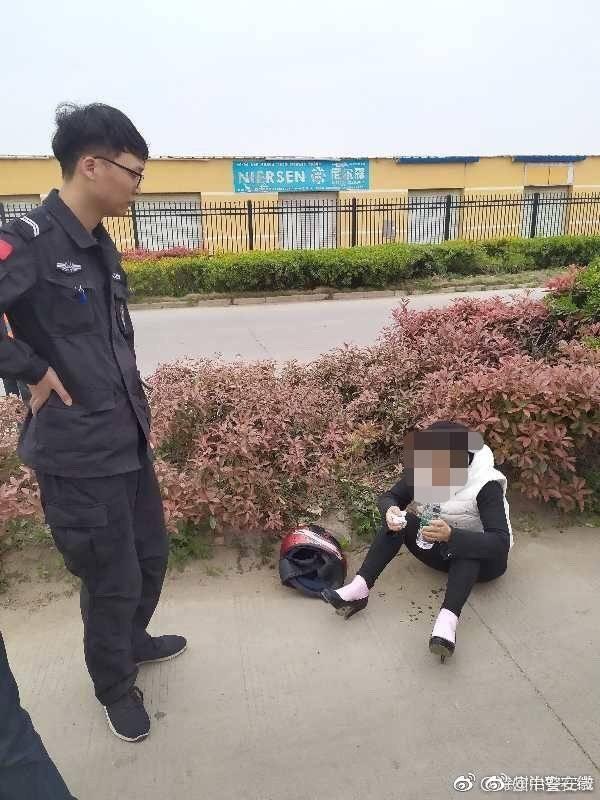 """群众在草丛中发现""""大熊猫"""" 民警兴奋出警发现是醉酒女!"""