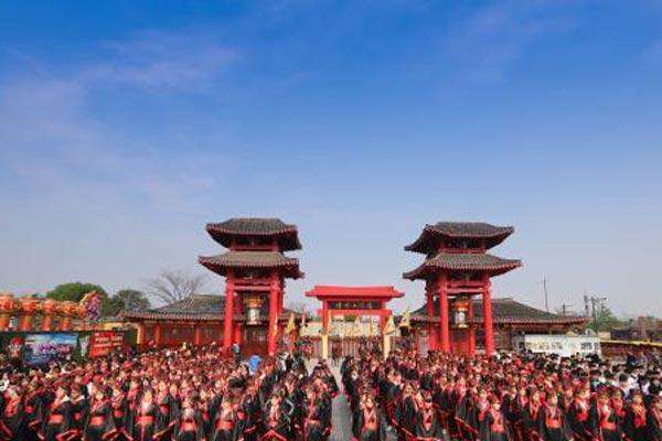 河南开封:五百学子穿古装共诵《满江红》