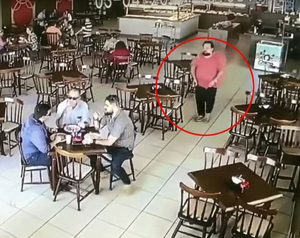 巴西一杀手餐厅枪杀商人失败被其两个儿子制服