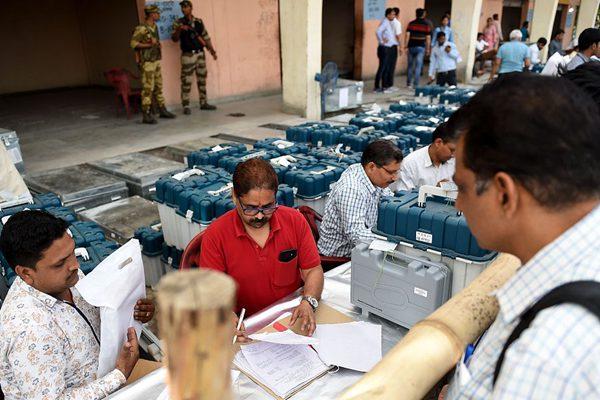 印度大选即将开始  官员街头向选民派发选举资料