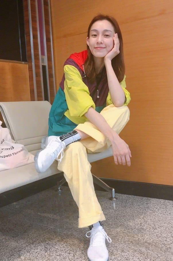 """范玮琪也太潮了吧,一身""""彩色雨衣"""",效果既炫彩又时髦!"""