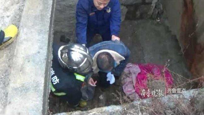 雨天路面湿滑,男子不慎掉入两米大坑,消防迅速施救