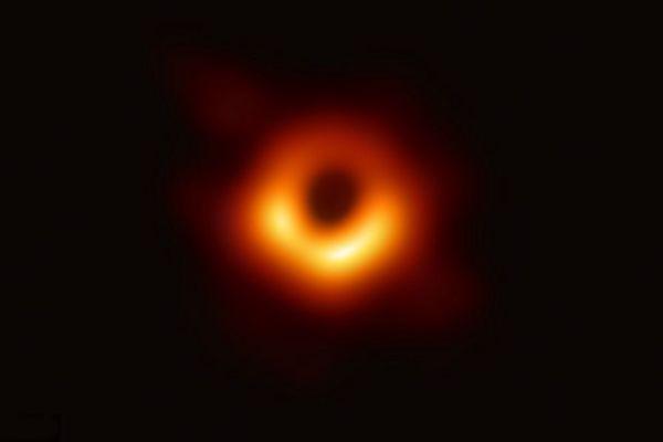 """黑洞不""""黑""""!人类史上首张黑洞照片诞生"""