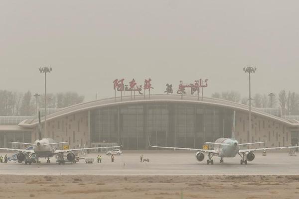 新疆阿克苏地区出现大面积沙尘天气