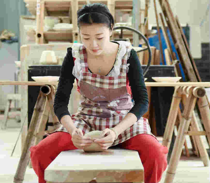 """美女陶艺师用金子在瓷器上绘画 为做好器物""""壕气冲天"""""""