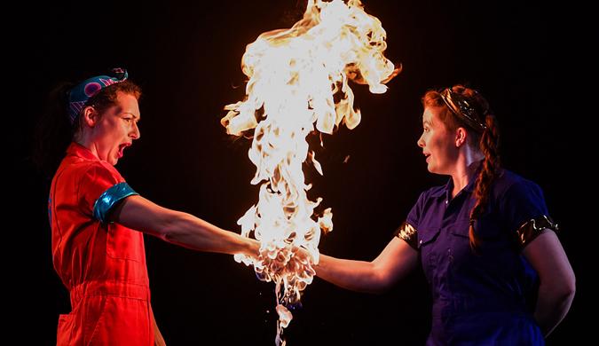 """爱丁堡国际科技节开幕 科学家现场""""玩火""""令人惊叹"""