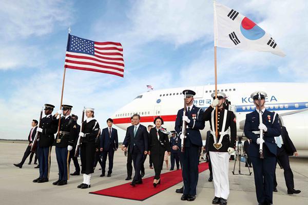 韩国总统文在寅抵达美国 向人群挥手致意