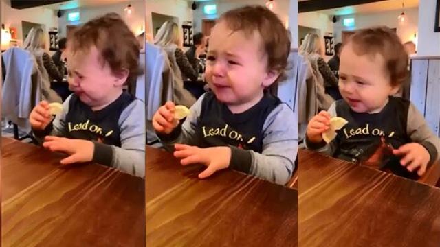 英国一萌娃强忍着吃柠檬片被酸出一串表情包