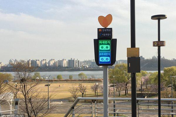 韩国首尔推出雾霾信号灯 用韩英双语显示雾霾程度