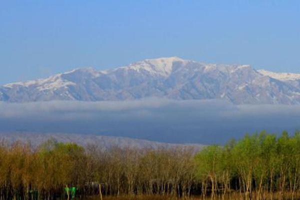 雨后祁连雪山云雾缭绕景色美