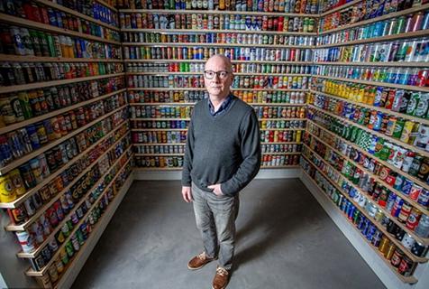 """英男子花43年收集近万罐啤酒成""""最无趣之人"""""""