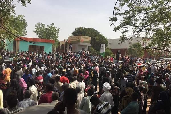 苏丹民众持续举行反政府示威活动 要求总统下台