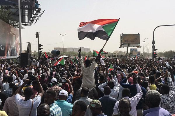 苏丹民众欢庆总统巴希尔倒台