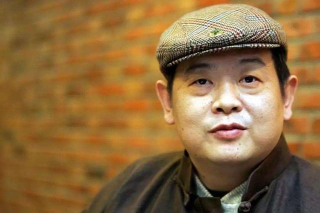 他42岁因病去世,冯小刚为其还百万债务,妻子为他守寡至今