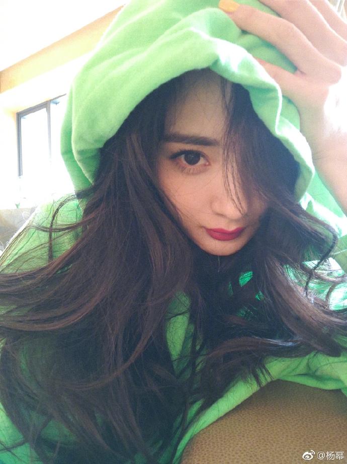 杨幂晒可爱猫咪 穿荧光绿卫衣色彩明亮