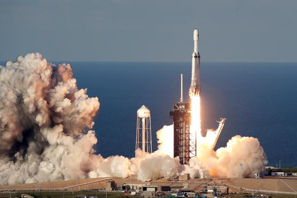 SpaceX猎鹰重型火箭首次商业发射升空