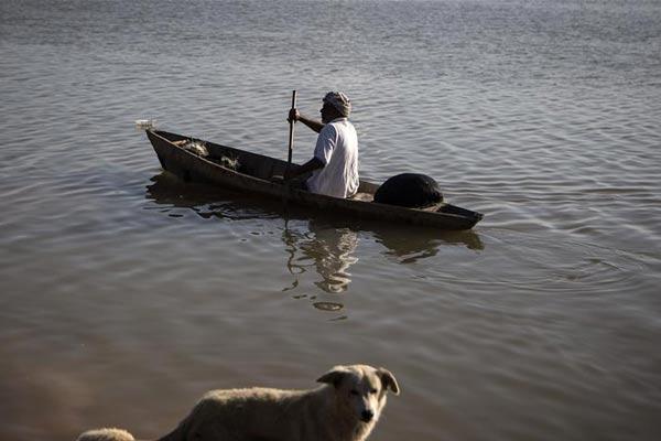 伊朗持续洪涝灾害 居民划船出行