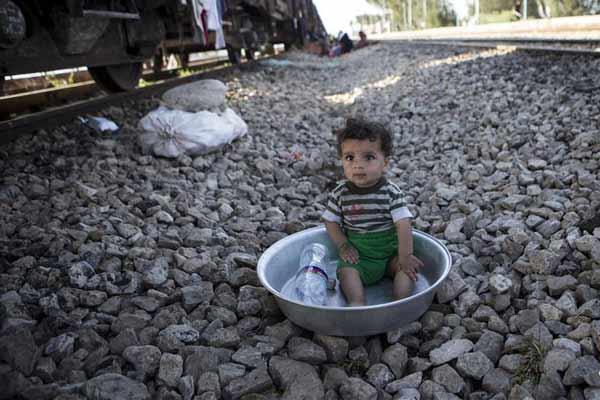 """铁轨上的""""家"""":伊朗遭遇洪涝灾害 居民火车上安家"""