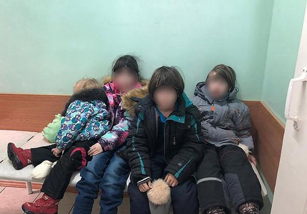 俄四名儿童栖身破旧楼房 在垃圾堆里找食物