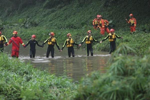 深圳强降雨引发洪水多人被冲走 消防员紧急搜救中