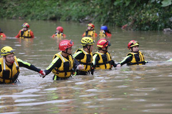 深圳强降雨引发洪水多人被冲走 消防员进行拉网式搜索