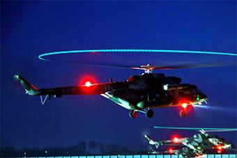 新疆军区多架直升机跨昼夜飞行训练