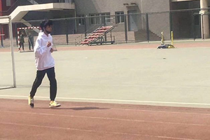 王俊凯回校体测被偶遇 操场跑步青春气息十足