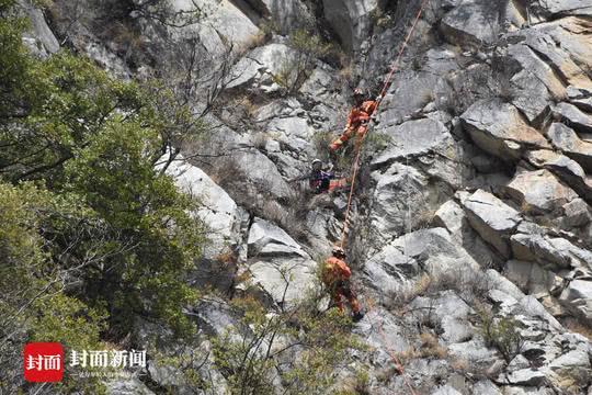 男子寻无人机被困悬崖 消防员三小时成功营救