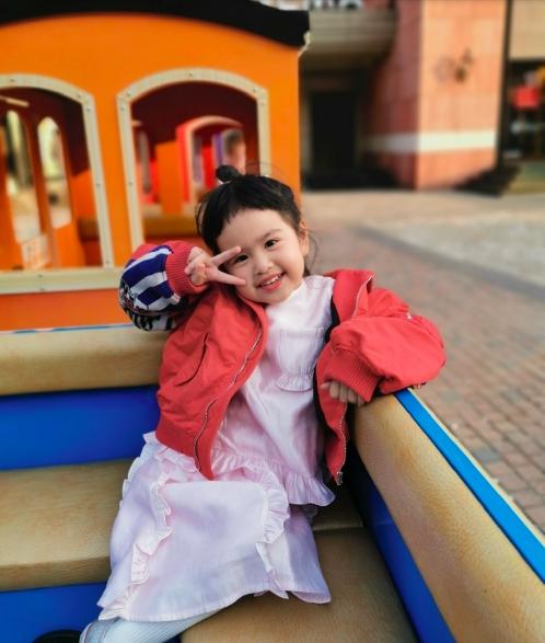 包文婧带女儿外出游玩 饺子穿红外套比耶鬼马可爱