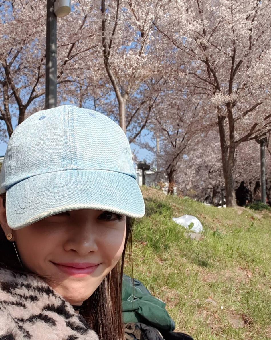 蔡依林晒郊游看樱花自拍 头戴棒球帽清纯减龄