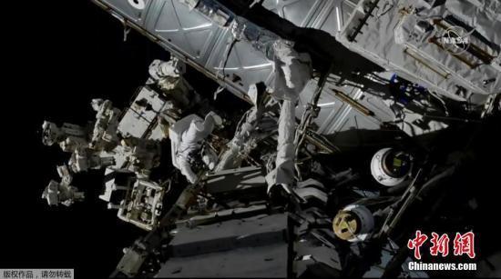 资料图:美国宇航局宇航员在国际空间站外部展开工作。