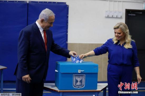 资料图:当地时间4月9日,以色列举行第21届议会选举,共有40多个政党和政党联盟角逐议会120个议席。以色列总理内塔尼亚胡夫妇在耶路撒冷投票站投票。