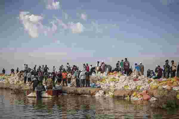 伊朗洪灾持续 民众自发搭建防洪堤