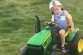 可爱!男童一边打盹一边开玩具车绕圈