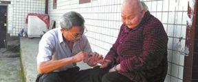 73岁老人照顾96岁失明母亲