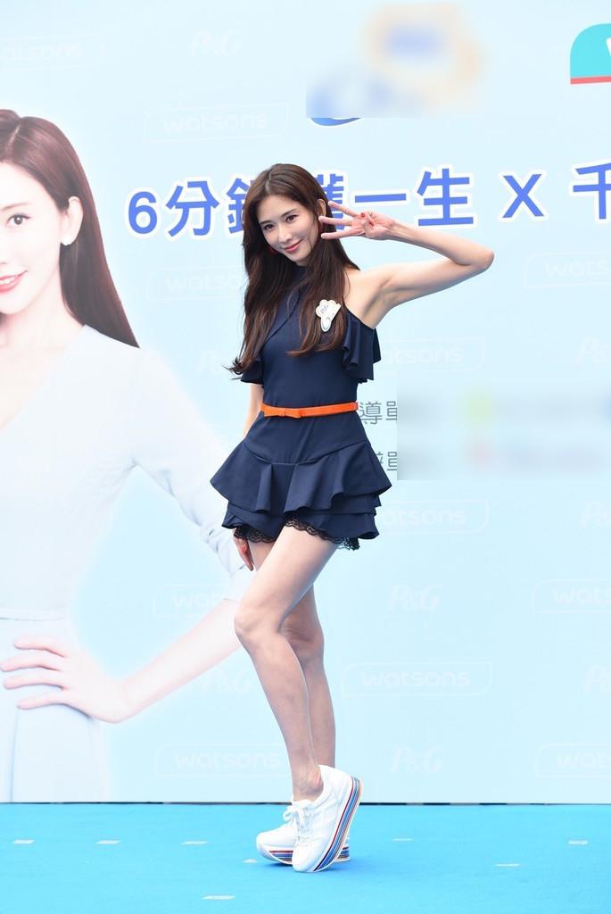 林志玲穿超短裙助力公益 细长美腿分外夺目