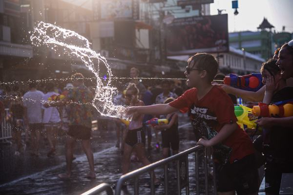 """泰国曼谷年度""""宋干节""""狂欢 游客街头疯狂打水仗"""
