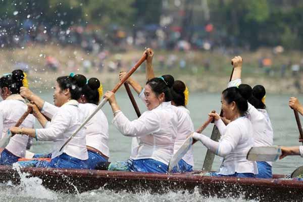 西双版纳:龙舟大赛欢度泼水节