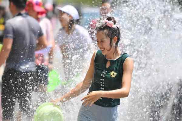 云南德宏泼水节欢乐持续 民众街头乐翻天